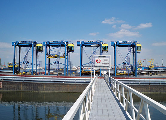 4 Straddle carriers including transport to Scandinavia