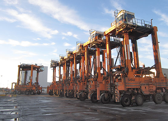 12 Straddle carriers to Taiwan